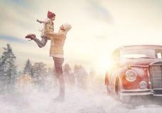 Moeder, kind en uitstekende auto stock fotografie