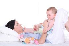 Moeder met aanbiddelijke baby Stock Foto's