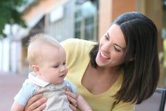 Moeder met aanbiddelijke babyjongen - gelukkige familie stock afbeeldingen