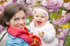 Moeder met baby in de tuin Stock Foto's