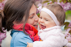 Moeder met baby in de tuin Stock Foto