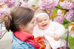 Moeder met baby in de tuin Royalty-vrije Stock Afbeeldingen