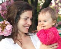 Moeder met baby in de tuin Stock Afbeelding