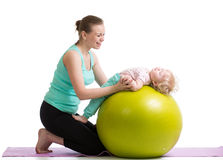 Moeder met baby doen gymnastiek- op bal Royalty-vrije Stock Foto