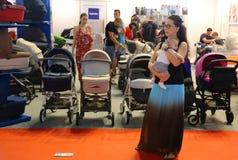 Moeder met baby in haar wapens Royalty-vrije Stock Foto's