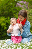 Moeder met baby in het park Royalty-vrije Stock Foto's