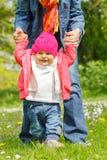 Moeder met baby in het park Stock Foto's