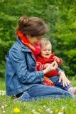Moeder met baby in het park Stock Afbeeldingen