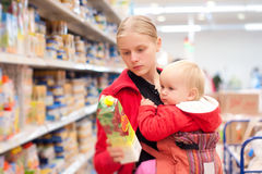 Moeder met baby het winkelen in supermarkt Stock Fotografie