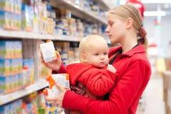 Moeder met baby het winkelen in supermarkt royalty-vrije stock foto's