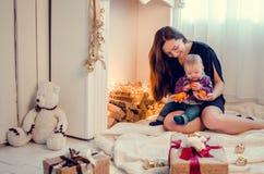 Moeder met baby in Kerstmistijd stock afbeeldingen