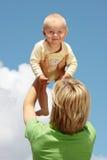 Moeder met baby onder blauwe hemel Royalty-vrije Stock Foto