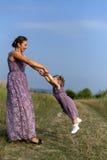 Moeder met baby op aard royalty-vrije stock foto's
