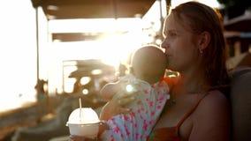 Moeder met baby op de zomervakantie bij de kust stock video