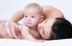 Moeder met baby over wit Royalty-vrije Stock Afbeeldingen