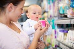 Moeder met Baby in Supermarkt royalty-vrije stock afbeeldingen