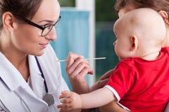 Moeder met baby tijdens onderzoek royalty-vrije stock afbeeldingen