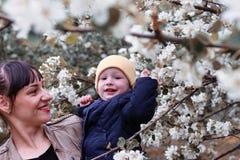 Moeder met baby in zonnige de dag bosboom van de de zomertuin Stock Afbeeldingen