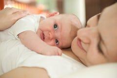 Moeder met babydochter stock foto