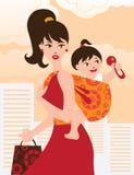 Moeder met babymeisje in een slinger Royalty-vrije Stock Fotografie