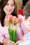 Moeder met boeket van bloemen Stock Afbeeldingen
