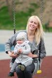 Moeder met de kleine dochterschok op een schommeling Royalty-vrije Stock Fotografie