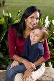 Moeder met de oude zoon van vijf jaar op overlapping stock afbeelding