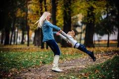 Moeder met dochter in de herfstpark Stock Afbeeldingen