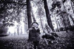 Moeder met dochter in de herfstpark Royalty-vrije Stock Afbeelding