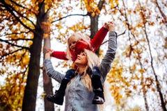 Moeder met dochter in de herfstpark Royalty-vrije Stock Foto