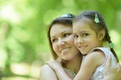 Moeder met dochter in de zomer Stock Fotografie