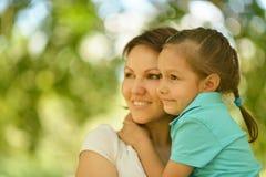 Moeder met dochter in de zomer Stock Afbeelding