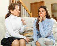 Moeder met dochter die ernstig gesprek heeft Stock Foto