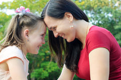 Moeder met dochter die pret in het park hebben Stock Afbeelding