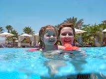 Moeder met dochter in een pool royalty-vrije stock afbeeldingen