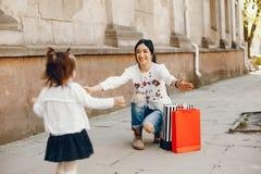 Moeder met dochter in een stad stock afbeeldingen