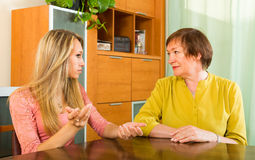 Moeder met dochter ernstig het spreken Stock Afbeeldingen