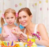 Moeder met dochter geschilderde Paaseieren Stock Afbeeldingen