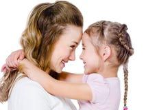 Moeder met dochter in greep stock afbeeldingen