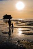 Moeder met dochter het gaan naar de mooie kleurrijke zonsondergang dichtbij Stock Foto's