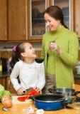 Moeder met dochter het koken bij keuken Royalty-vrije Stock Fotografie