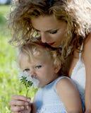 Moeder met dochter in het park Stock Foto's