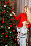 Moeder met dochter in Kerstmis royalty-vrije stock foto's