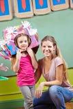 Moeder met dochter in kostuum voor royalty-vrije stock afbeelding