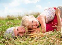 Moeder met dochter in openlucht stock afbeeldingen