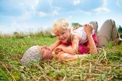 Moeder met dochter in openlucht royalty-vrije stock afbeelding