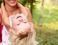 Moeder met dochter in openlucht royalty-vrije stock afbeeldingen