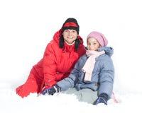 Moeder met dochter in sneeuw stock foto's