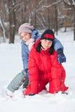 Moeder met dochter in sneeuw royalty-vrije stock afbeeldingen