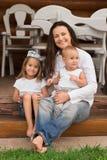 Moeder met dochters Stock Afbeeldingen